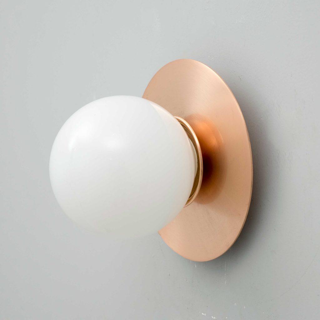 Aplique de pared circular de cobre con bola