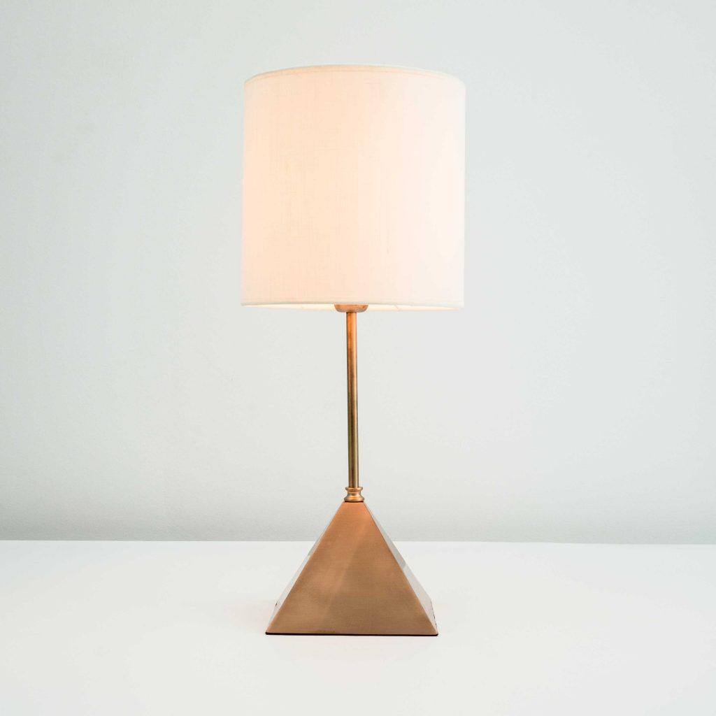 Lámpara de mesa vintage base pirámide cobre